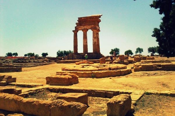 valle-dei-templi-di-Agrigento-tempio-dei-dioscuri-e-are-sacrificali-divinita-ctonie